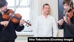 Валерий Кацуба на открытии выставки в Академии художеств с музыкантами ReTrio Band, фото Ирина Токачева