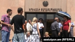Armenia -- Shopkeepers protest against removal of their kiosks in front of Yerevan City Hall, Yerevan, 06Aug2011