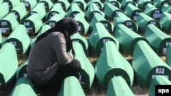 Кладбище, где захоронены останки жертв массового убийства мусульман в Сребренице в 1995 году