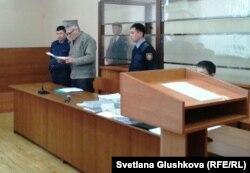 Подсудимый пастор Бахтжан Кашкумбаев выступает в суде. Астана, 22 января 2014 года.