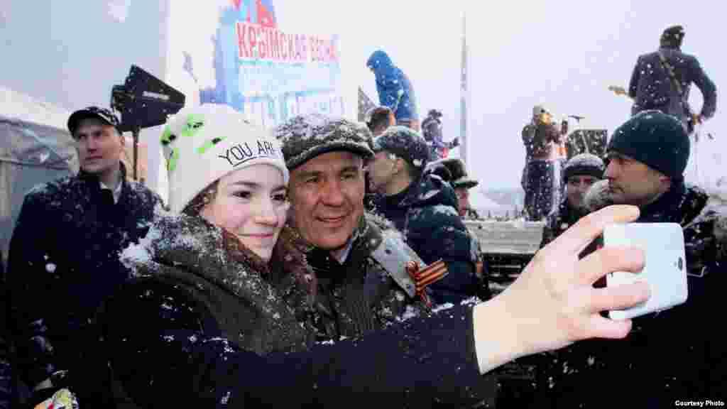Рөстәм Миңнеханов яшьләр белән фотога төште
