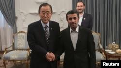 Пан Ґі Мун (л) і Махмуд Ахмадінеджад (п), Тегеран, 29 серпня 2012 року