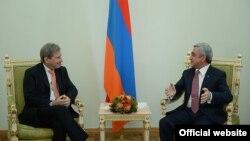 Президент Армении Серж Саргсян (справа) принимает комиссара ЕС по вопросам расширения и европейской политики соседства Йоханнеса Хана, Ереван, 18 марта 2015 г.
