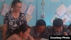 Айгуль Кали, учитель казахского языка и литературы, вместе со своими учениками.
