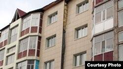 Қарағанды қаласындағы №7 үйдің қирау алдында тұрған кезі. Қарағанды, 5 сәуір 2012 жыл.