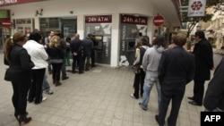 Laiki банкіне салған ақшаларын қайтарып алуға кезекте тұрған кипрліктер. Никосия, 21 наурыз 2013 жыл.