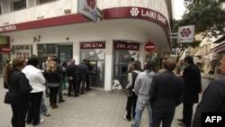 Очередь в банкоматы Laiki Bank, который подлежит реструктуризации согласно решению, принятому в ночь на субботу парламентом Кипра