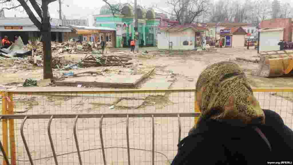 Cімферопольська влада почала примусовий демонтаж торгових об'єктів на вулиці Козлова у районі Центрального ринку в Сімферополі, 11 квітня 2017 року
