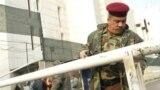 حارس أمني أمام مدخل البنك المركزي العراقي
