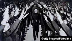 Освальд Мосли идет по «аллее приветствия чернорубашечников», Лондон, Альберт-холл, 1934 год