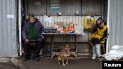 Местные жительницы на рынке в Донецке. Март 2015 года