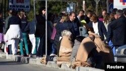 Banorët e një vendbanimi të goditur nga tërmeti i sotëm në Itali dhe ekipet për ndihma