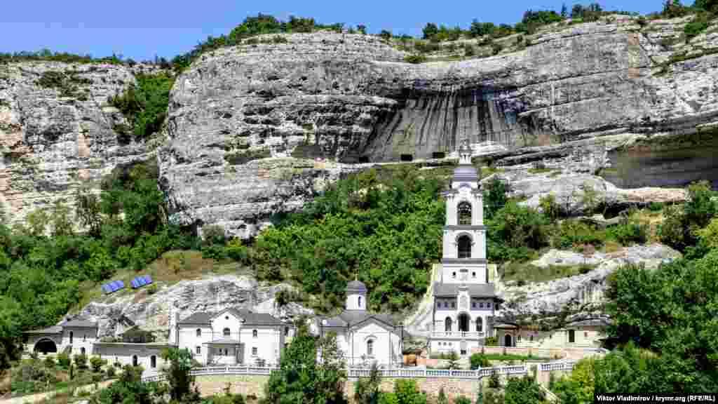 Колокольня монастыря. Сюда проход для туристов закрыт, поэтому любоваться можно на расстоянии. Монастырь появился здесь не позднее 8-го столетия. Основан был византийскими монахами. По неизвестным причинам монастырь был оставлен в период 14-го столетия, однако в следующим веке снова стал действующим