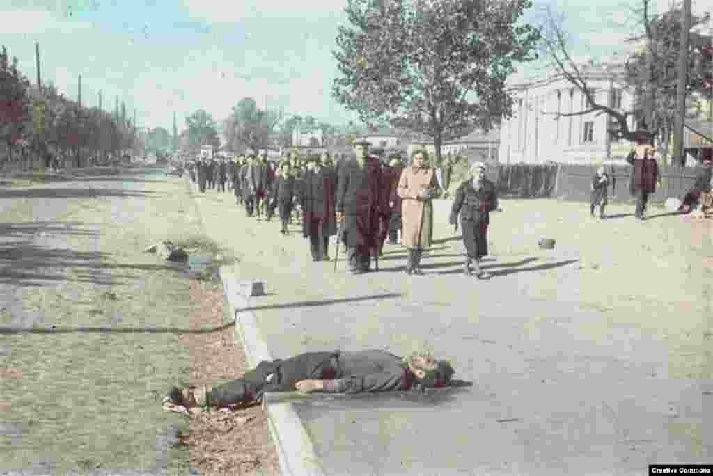 """Как вспоминает один немецкий солдат, евреи СССР были """"до потрясения не информированы о том, как мы к ним относимся''."""
