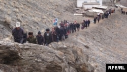 Жүрүшкө чыккандар жолду да ыраа көрбөгөн бийликтегилерге нааразы болуп, тоо кыялай басышты, 15-март, Алай району.