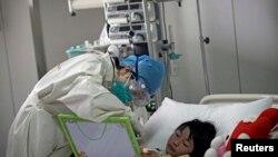 Девочка, инфицированная вирусом H7N9 - в госпитале Пекина. Снимок сделан в апреле 2013 г.