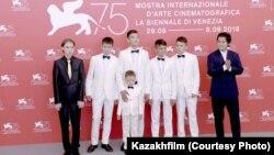 Эмир Байгазин (крайний справа) и актеры фильма «Өзен» на 75-м международном кинофестивале в Венеции. 4 сентября 2018 года. Фото предоставлено пресс-службой «Казахфильма».