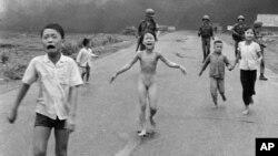 """Знаменитая фотография """"напалмовой девочки"""", жертвы американской войны во Вьетнаме"""