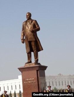 Памятник Шарофу Рашидову в городе Джизаке.