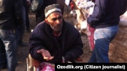 Мужчина-инвалид из Кашкадарьинской области Узбекистана, занимается попрошайничеством на одном из местных рынков.