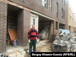 Герман Зак делает ремонт в своём таунхаусе в Белом Городе, ожидая проведения коммуникаций