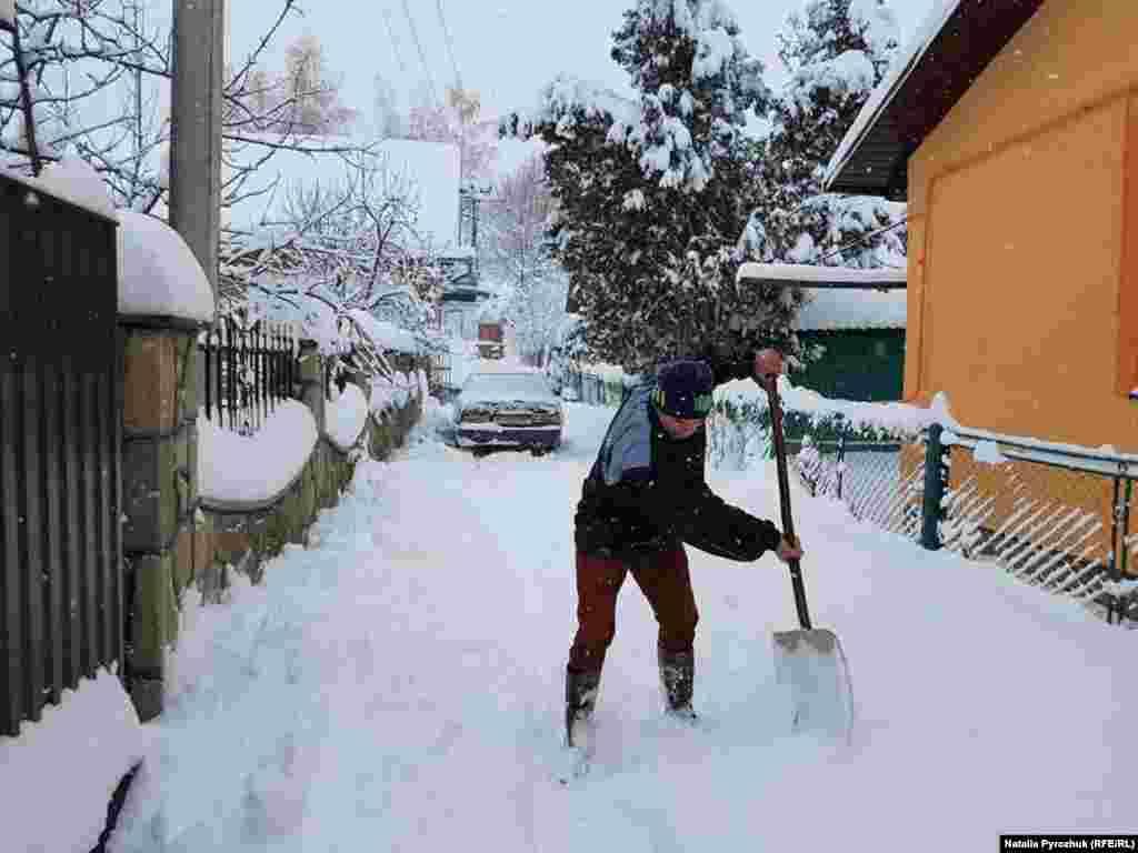 Перший сніг – завжди неочікувана мить для працівників комунальних підприємств. І, якщо у великих містах вони дуже виручають, то жителі віддалених населених пунктів у регіонах покладаються на власні сили. Як от у селі Гвізд, що на Івано-Франківщині
