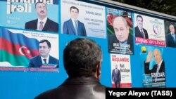 Агитационные листовки на информационном стенде около избирательного участка в Баку