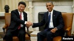 АҚШ президенті Барак Обама (оң жақта) мен Қытай жетекшісі Си Цзиньпин. Ақ үй, Вашингтон, 25 қыркүйек 2015 жыл.