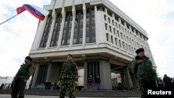 Члени кримської «самооборони» біля парламенту Криму, 6 березня 2014 року