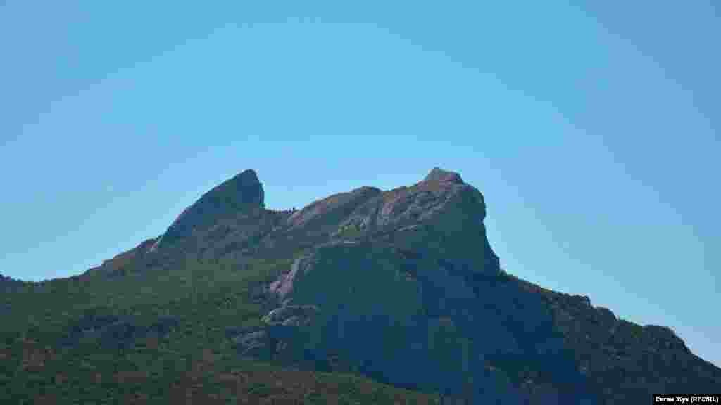 Гора Ільяс-Кая над урочищем Ласпі. Там, у височині, є дивовижне місце, що зветься «Храмом Сонця»