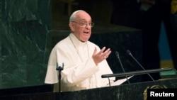 Папа римский Франциск за трибуной ООН в США, Нью-Йорк, 2015 год.