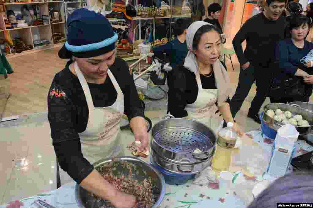 Посетители могли наблюдать все операции по приготовлению мант. На фото - девушки из ресторана дунганской кухни.