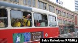 """Praga tramvaylaridan biriga yopishtirilgan """"Ming malak va bir suvrat""""dan parcha."""