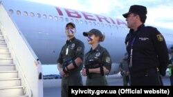 Прикордонники зустрічають гравців в аеропорту Києва