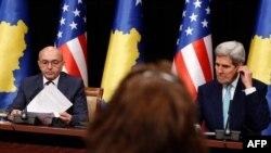 Kosovonun baş naziri Isa Mustafa (solda) və John Kerry