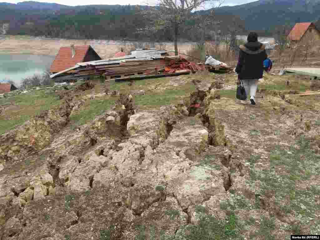 Pukotine na površini zemlje, nakon pokretanja klizišta u Zaovinama