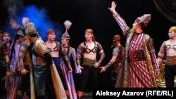 Актеры государственного театра оперы и балета имени Абая в спектакле - балете «Легенды Великой степи». Алматы, 20 июня 2015 года.