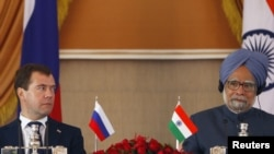 Prime Minister Manmohan Singh (R) sits beside his Russian counterpart Dmitry Medvedev during a joint news conference in New Delhi, 21Dec2010