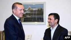 Түркиянын өкмөт башчысы Режеп Тайып Эрдоган (солдо) менен Ирандын президенти Махмуд Ахмединежад Бакыдагы жыйындын алдында, 16-октябрь, 2012