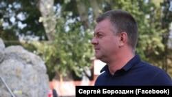 Бывший глава администрации Керчи Сергей Бороздин осматривает работы в городском сквере, Керчь, октябрь 2019 года