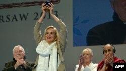 Шэрон Стоун получает награду на встрече в Варшаве 23 октября