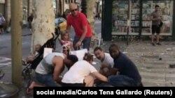 Луѓе им помагаат на повредените по нападот во барселона на 17 август