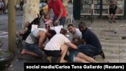 Mai mulți oameni ajută o femeie rănită în atacul de pe Las Ramblas, Barcelona, 17 august 2017