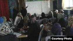 نساء نازحات في دورة لتعلّم الخياطة