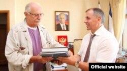 Председатель Союза кинематографистов России Никита Михалков и спикер российского парламента Крыма Владимир Константинов, июль 2014 года