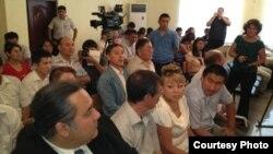 Сотқа келген адамдар. Ақтау, 16 тамыз 2012 жыл. (Фото Twitter желісінен алынды).