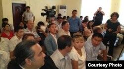 """Тіркелмеген """"Алға"""" партиясының жетекшісі Владимир Козловтың сотына келген адамдар. Ақтау, 16 тамыз 2012 жыл. Фото Twitter желісінен алынды."""