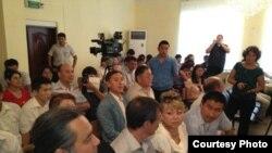 В зале суда. Актау, 16 августа 2012 года. Фото из сайта Twitter.