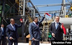 Віктор Янукович на посаді президента відвідує «Кримський титан», праворуч – Дмитро Фірташ, 2012 рік