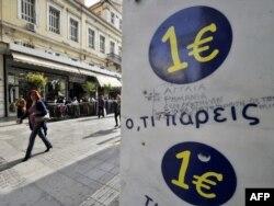 Ispred radnje u kojoj se sve prodaje za 1 evro, Atina, 07. novembar 2011.